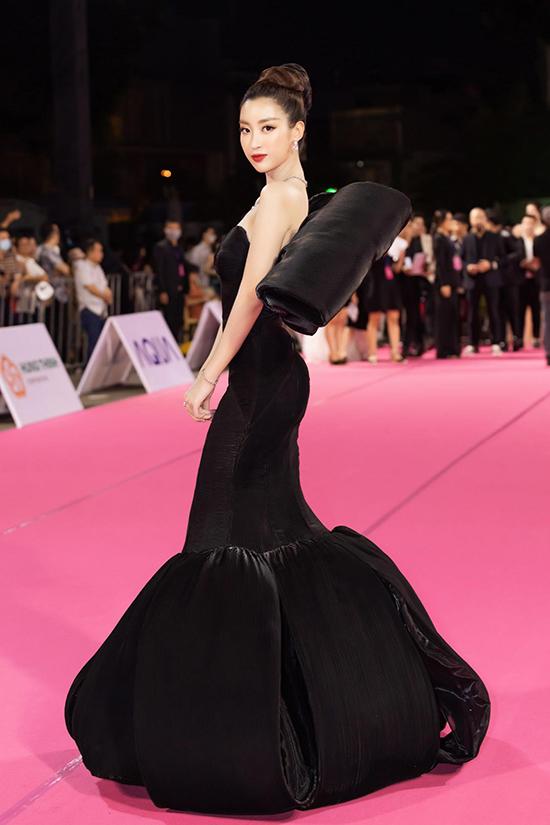 Trang phục của Đỗ Mỹ Linh được stylist Kye Nguyễn và Đỗ Long cùng lên ý tưởng.