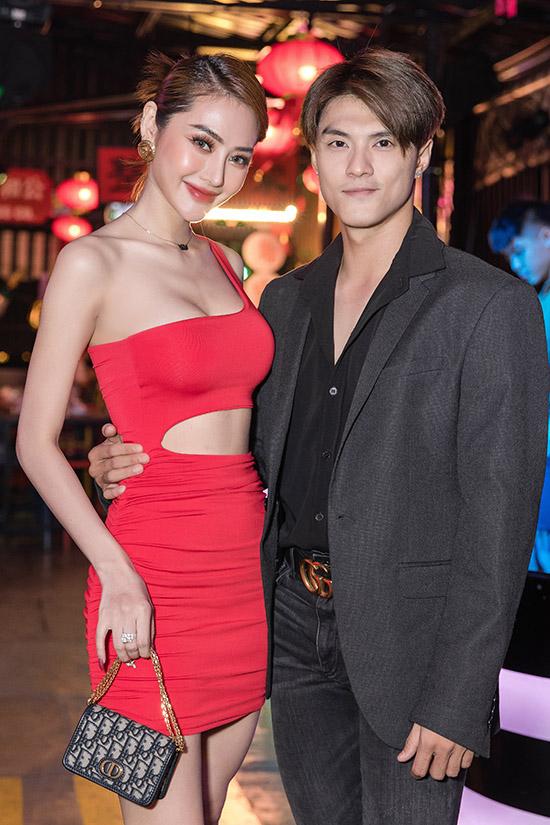 Linh Chi khoe vai trần, eo thon và đôi chân dài với váy cut-out bó sát còn Lâm Vinh Hải trông lịch lãm pha chút bụi bặm khi diện vest và quần jeans rách gối.