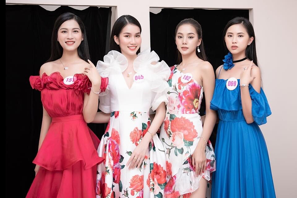 Nhan sắc ngọt ngào của Phương Anh (áo trắng) giúp cô được quan tâm bên cạnh các thí sinh khác.