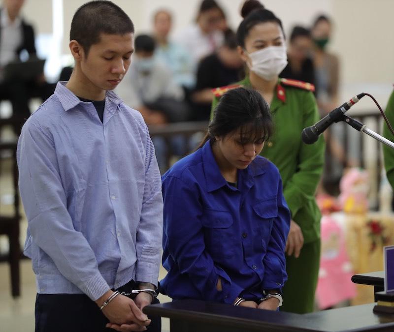 Bị cáo Tuấn và Lan Anh tại phiên sơ thẩm hôm 19/11. Ảnh: Phạm Chiểu