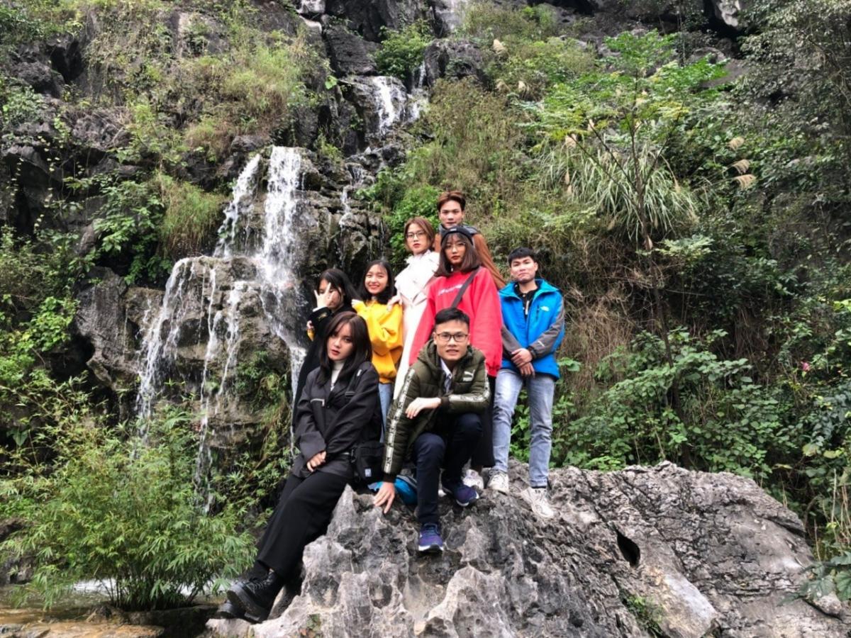 Sau đó, nhóm bạn trẻ chinh phục Hang Múa, chụp ảnh