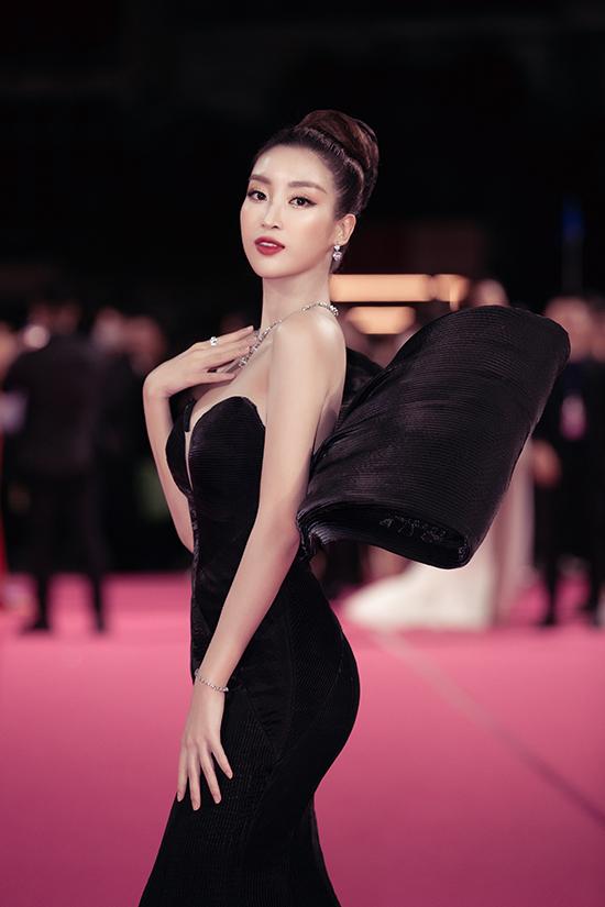 Đỗ Mỹ Linh mặc váy gây tranh cãi - 2