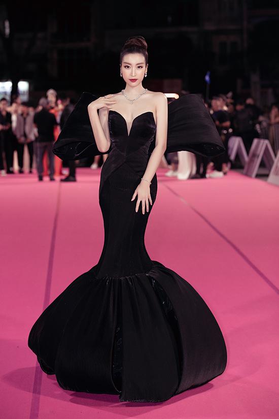 Đỗ Mỹ Linh mặc váy gây tranh cãi