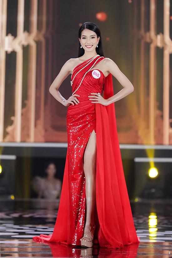 Á hậu 1 Phạm Ngọc Phương Anh chọn thiết kế có nhiều điểm tương đồng với Đỗ Thị Hà nhưng tiết chế hơn ở phần xẻ đùi và có thêm phần tà thướt tha. Cô cao 1,77 m, số đo ba vòng 82-61-90 cm, từng là Hoa khôi Áo dài Nữ sinh Việt Nam 2015.