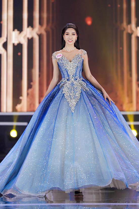 Nữ tiếp viên hàng không Đặng Vân Ly là thí sinh hiếm hoi chọn đầm công chúa với phần tùng xoè cồng kềnh. Tuy nhiên, cô chỉ dừng lại ở Top 10.