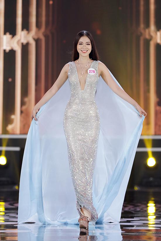 Vũ Quỳnh Trang diện đầm sequin xẻ sâu. Cô cao 1, 69 m, số đo 83-62-91 cm, quê ở Nam Định. Cô từng vào Top 10 Hoa hậu Hoàn Vũ Việt Nam 2019.