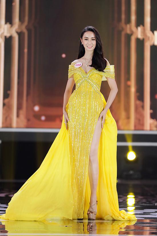 Người đẹp Hoàng Bảo Trâm rực rỡ với đầm dạ hội vàng với phần tà thướt tha. Toàn bộ phần trễ vai và thân váy để được phủ sequins màu đồng điệu với chất liệu vải, làm nổi bật vẻ đài các của người đẹp.