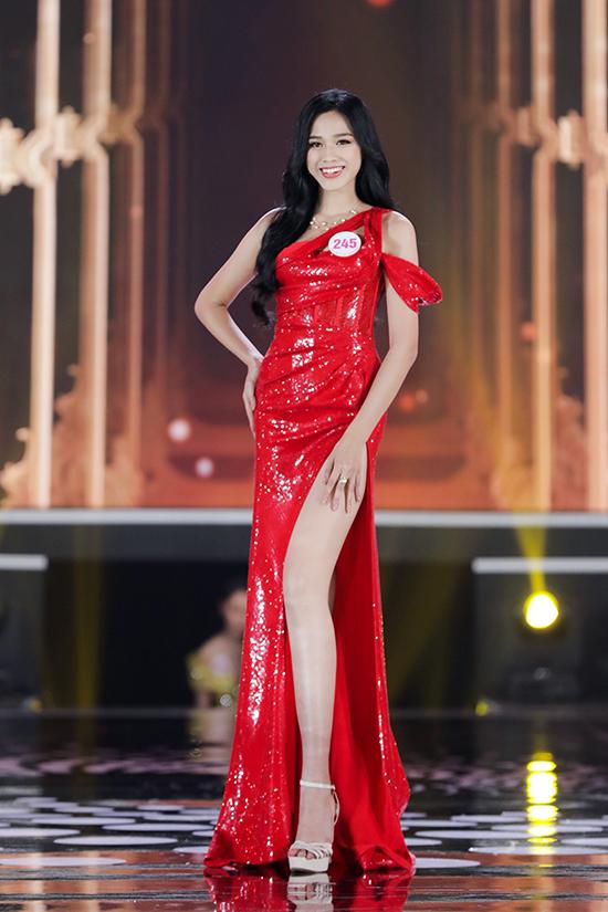 Tân Hoa hậu Việt Nam 2020 khoe lợi thế chân dài miên màn với đầm xẻ đùi cao. Cô là một trong sáu thí sinh có chiều cao tốt nhất cuộc thi.