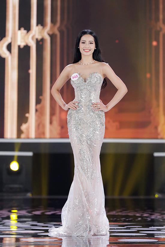 Nguyễn Thị Thanh Thủy (trái) diện thiết kế cúp ngực bó sát,