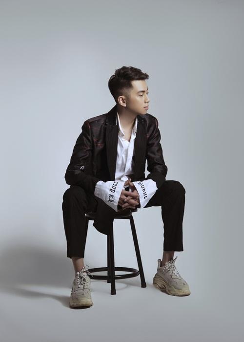 Thỉnh thoảng, anh phá cách khi kết hợp vest họa tiết cùng áo sơ mi trắng thêu chữ nổi. Giày là món phụ kiện gần như duy nhất nhưng luôn mang lại hiệu quả cho những set đồ của Thái Hoàng.