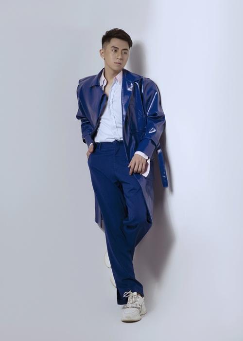 Chiều cao lý tưởng của chàng DJ gốc Hải Phòng được tôn lên nhờ chiếc măng tô chất liệu da bóng. Anh sử dụng khuyên tại để gia tăng vẻ cá tính, phong trần.