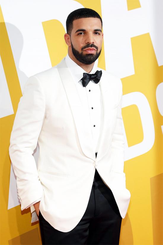 Drake nổi tiếng là một tay chơi với nhiều bóng hồng bám quanh. Năm ngoái rapper từng bị đồn hẹn hò nữ tỷ phú Kylie Jenner khi hai người liên tục đi chơi cùng nhau nhưng một thời gian sau đã ngừng tương tác. Một năm nay anh không công khai mối tình mới nào và chỉ khoe niềm đam mê sưu tập đồ hiệu.