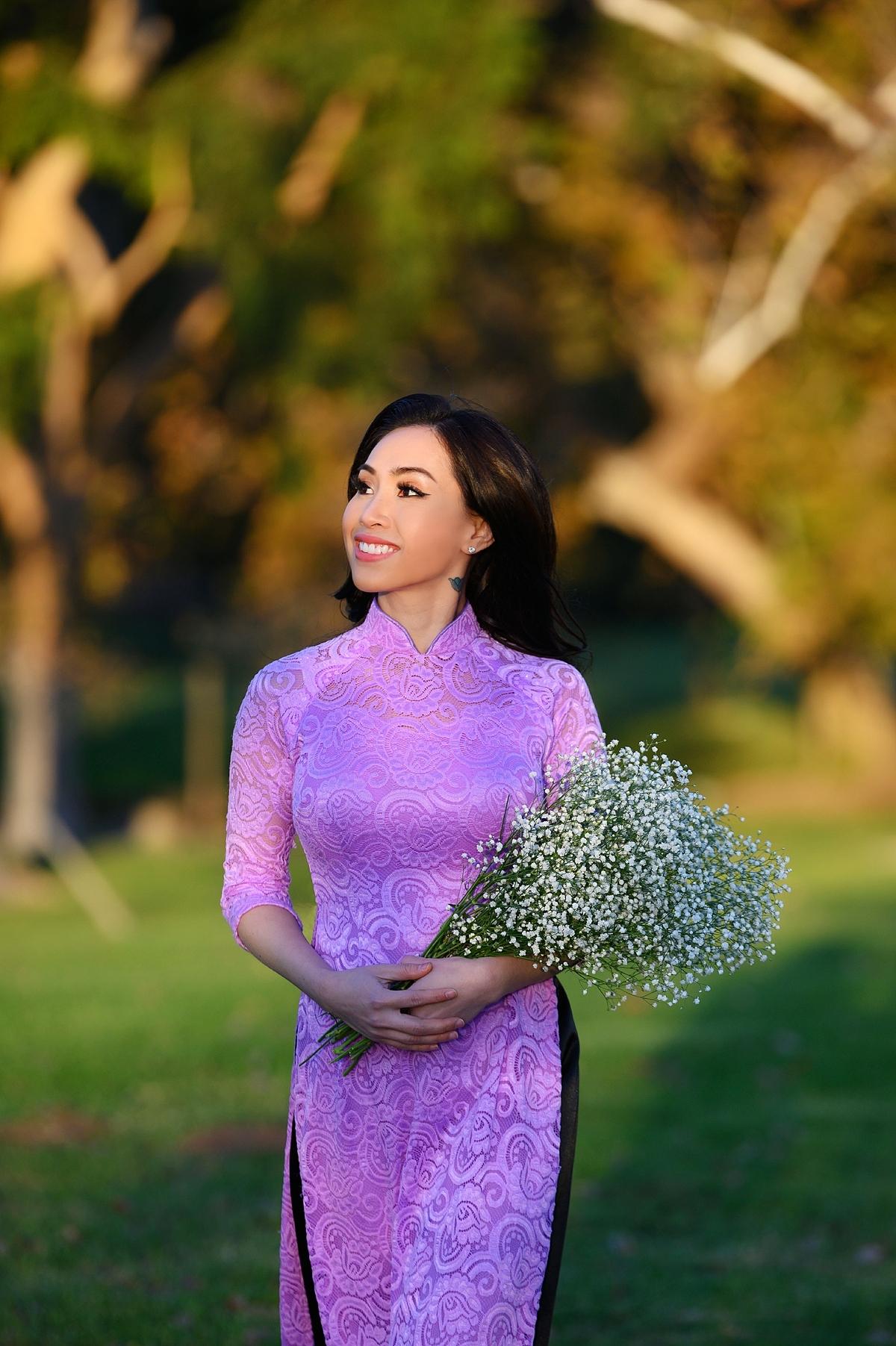 Hoa hậu còn chọn diện áo dài ren màu tím quyến rũ.