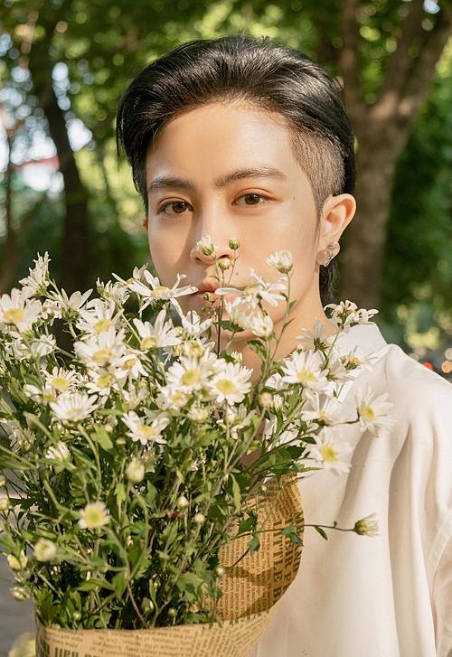 Gil Lê hút ánh nhìn khi pose ảnh bên hoa.