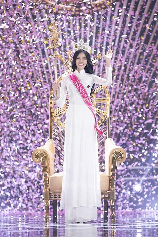 Đỗ Thị Hà trong khoảnh khắc đăng quang Hoa hậu Việt Nam 2020.