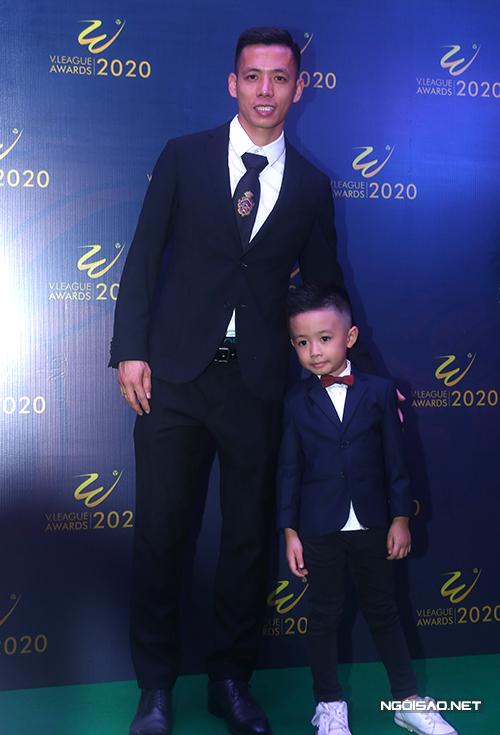 Tối 20/11, Văn Quyết đưa con trai Sóc (tên thật là Văn Quân) tới dự gala V-League Awards 2020. Cậu nhóc 5 tuổi cũng diện vest bảnh bao như bố.
