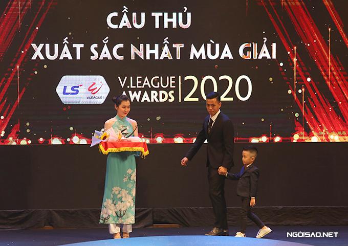 Văn Quyết được xướng tên cho danh hiệu Cầu thủ hay nhất V-League 2020. Anh dắt con trai lên sân khấu nhận giải.