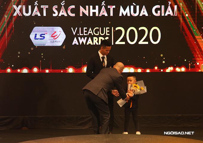 Ban tổ chức trao hoa cho con trai thủ quân CLB Hà Nội.
