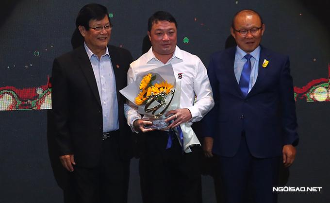 HLV Trương Việt Hoàng nhận giải HLV hay nhất mùa. Ngay trong mùa đầu tiên dẫn dắt Viettel, nhà cầm quân 44 tuổi đưa đội bóng này giành chức vô địch V-League với 41 điểm, hơn CLB Hà Nội hai điểm.