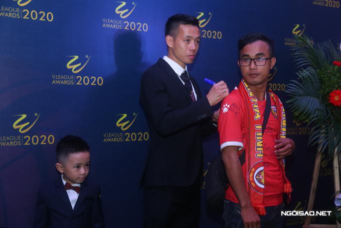 Sau lễ trao giải, Văn Quyết nhận được nhiều đề nghị chụp ảnh và ký tặng từ các fan. Anh cùng con trai nán lại khá lâu để chiều lòng người hâm mộ.