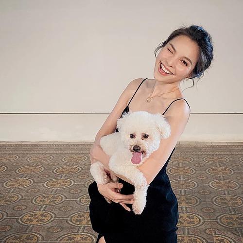 Ca sĩ Hiền Thục lí lắc khi pose hình cùng chó cưng.
