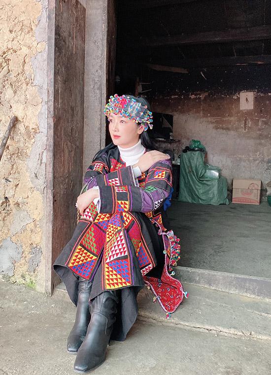 Năm nay Giáng My không tổ chức tiệc sinh nhật mà dành thời gian đi du lịch, mừng tuổi mới ở một nơi xa. Cô vừa đặt chân tới Hà Giang, tiếp tục thực hiện ước mơ thưởng ngoạn tất cả cảnh thiên nhiên hùng vĩ của Việt Nam. Giáng My sắm vai cô gái người dân tộc ngồi tư lự bên ngưỡng cửa.