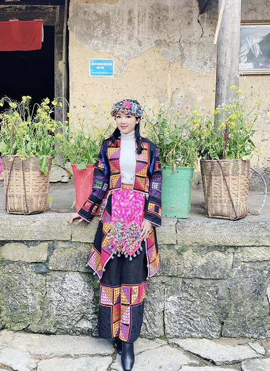 Người đẹp đi tới thăm một số gia đình, tìm hiểu cuộc sống đơn sơ của người dân vùng cao. Cô được bạn bè, khán giả khen duyên dáng khi diện váy áo sắc màu của người dân tộc Lô Lô.