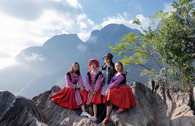 Giáng My chụp ảnh cùng các thiếu nữ dân tộc trong những bộ váy xoè màu sắc nổi bật.
