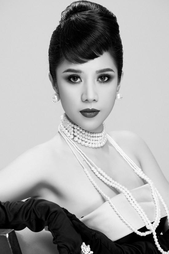 Để mang đến tinh thần của bộ ảnh, Dương Yến Nhung vẫn giữ màu trắng đen để truyền tải tinh thần của một nền nghệ thuật trước đây.