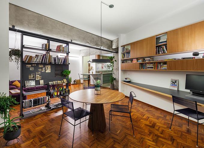 Nếu tủ sách được đặt gần bếp, nó tạo ra một căn phòng lớn duy nhất. Nếu đặt gần ban công, tủ sách đóng vai trò ngăn phòng khách với phòng làm việc, đóng vai trò vách ngăn di động.