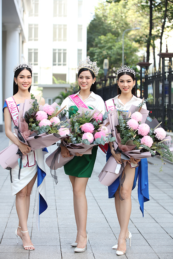 10h chương trình mới bắt đầu nhưng cả ba người đẹp có mặt từ 9h để chuẩn bị chỉn chu nhất có thể.