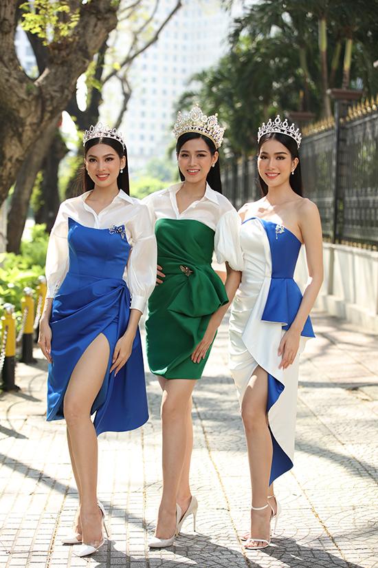 Ba người đẹp tranh thủ khoe sắc, thực hiện một bộ ảnh kỷ niệm trước khi chương trình bắt đầu.