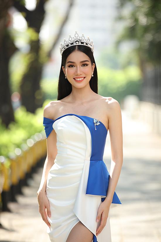 Người đẹp gây chú ý từ đầu cuộc thi với thành tích học tập khủng: thủ khoa đầu vào khối song ngữ trường THPT chuyên Lê Hồng Phong TP HCM, đoạt giải ba Học sinh giỏi quốc gia môn tiếng Pháp năm 2016.