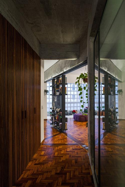 Lối vào nhà dẫn ra thẳng tủ sách di động.
