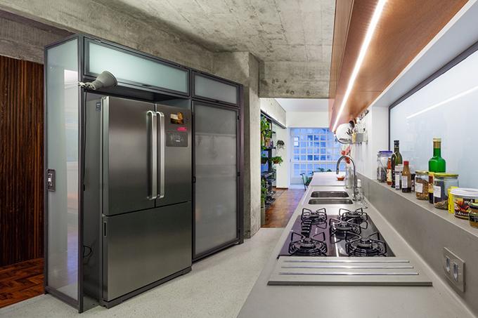 Khu bếp tối giản với nhiều thiết bị nhà bếp hiện đại.