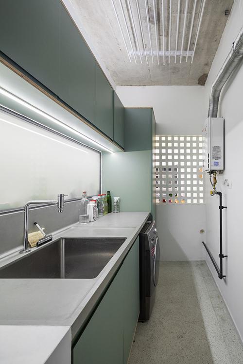 Các chi tiết rỗng bằng bê tông được sử dụng để ngăn phòng giặt với lối vào nhà.