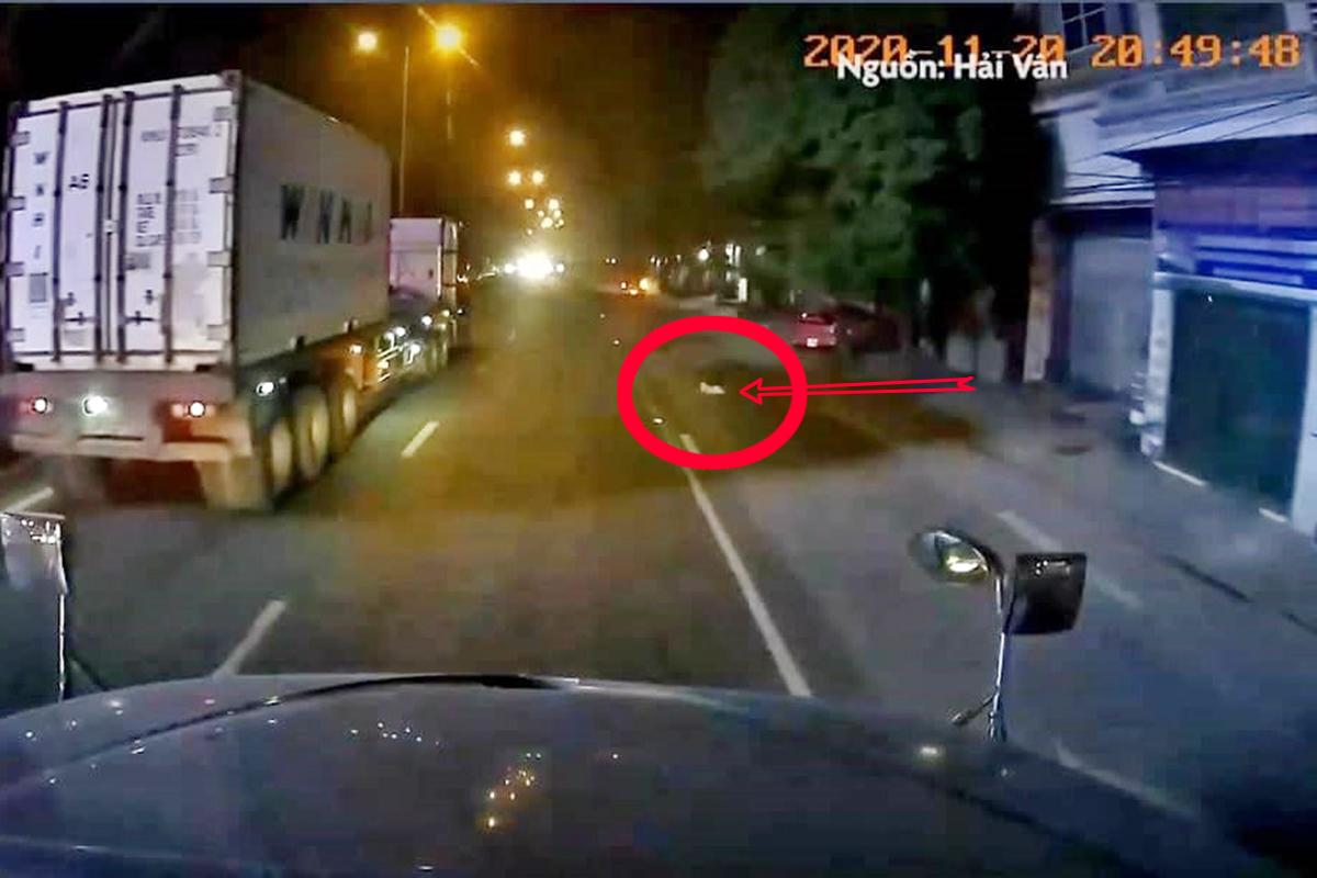 Bé gái 9 tháng tuổi bò từ nhà số 909 Đại lộ Tôn Đức Thắng, phường Sở Dầu, quận Hồng Bàng (Hải Phòng) ra giữa đường nhưng rất may tài xế xe đầu kéo đã kịp thời phát hiện, phanh gấp nên tránh không đụng phải bé. Ảnh: Cắt từ video clip