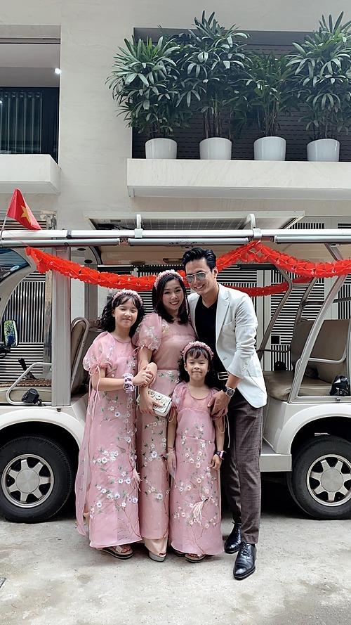 Gia đình Hồng Đăng xúng xính váy áo đi dự tiệc cưới của em vợ. Nam diễn viên chia sẻ: Cưới cậu em vợ mà cả nhà cháu phấn khởi như hai vợ chồng tổ chức đám cưới ý.