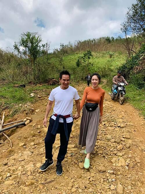 Vợ chồng Lý Hải - Minh Hà nắm tay nhau tình cảm khi đi làm từ thiện ở Quảng Ngãi.