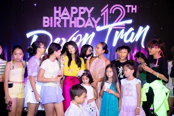 Ca sĩ Đoan Trang đưa con gái Sol (váy xanh) tới mừng sinh nhật con gái của Trần Bảo Sơn và Trương Ngọc Ánh.