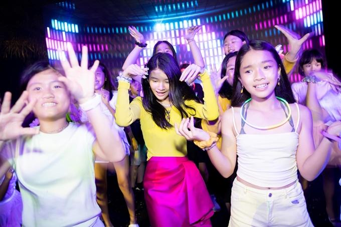 Devon nhảy múa cùng bạn bè trong tiệc sinh nhật.