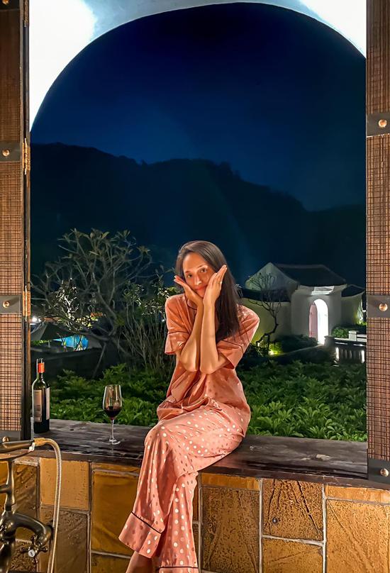Hương Giang trông mình hạc xương mai khi diện pyjama, để mặt mộc chụp ảnh trong chuyến nghỉ dưỡng ở núi Yên Tử, Quảng Ninh vài ngày trước. Nhiều khán giả ngỡ ngàng, xót xa khi thấy Hoa hậu chuyển giới quốc tế trông tiều tụy sau thời gian đầy sóng gió.