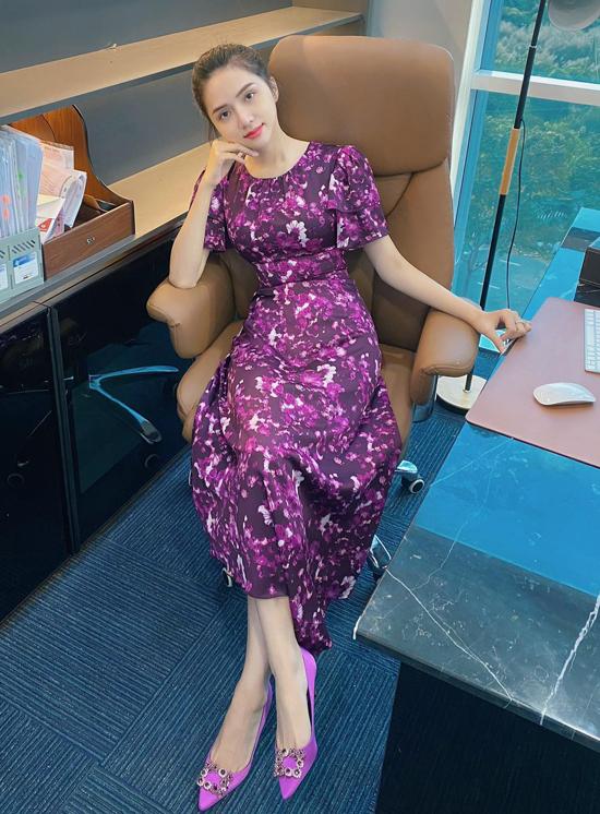 Dù tạm ngưng các hoạt động nghệ thuật, Hương Giang cho biết hiện cô bận rộn với vai trò CEO một nhãn hàng mỹ phẩm. Nữ ca sĩ chia sẻ hình ảnh cô diện váy tím chuẩn bị tham gia một cuộc họp ở Sài Gòn sau đó lại bay đi Hà Nội cùng ngày để dự sự kiện của công ty.