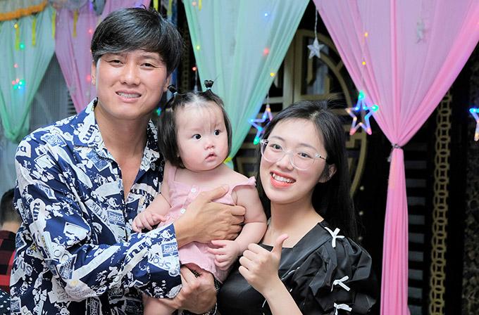 Diễn viên Quách Ngọc Tuyên đưa bà xã kém 10 tuổi và con gái cưng đi tiệc.