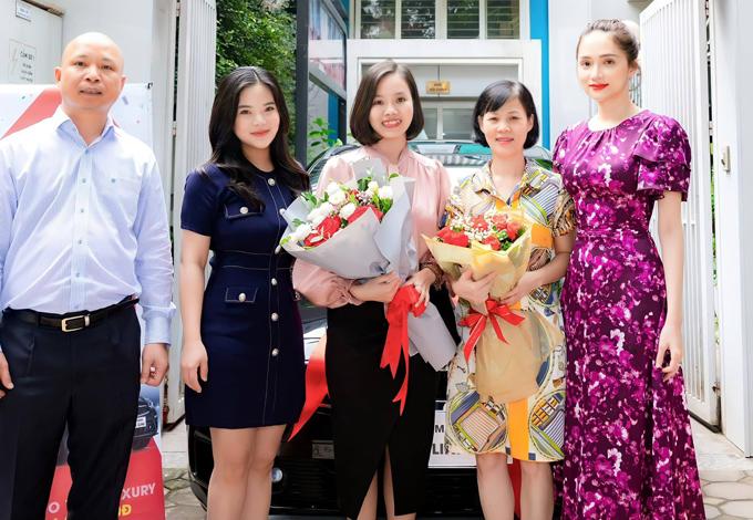 Hương Giang ra thủ đô dự lễ trao xế hộp cho một nhân sự xuất sắc làm việc chung tập đoàn mỹ phẩm với cô, hôm 19/11.