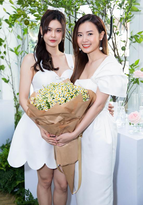 Trương Quỳnh Anh tặng Midu một bó hoa cúc họa mi to.
