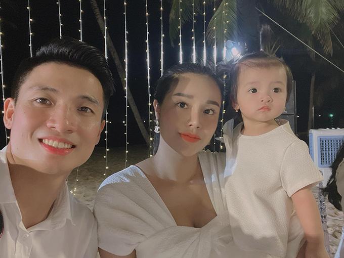 Vợ chồng Bùi Tiến Dũng và con gái dự tiệc cưới của Công Phượng ở Phú Quốc hôm 18/11. Ảnh: BTD.