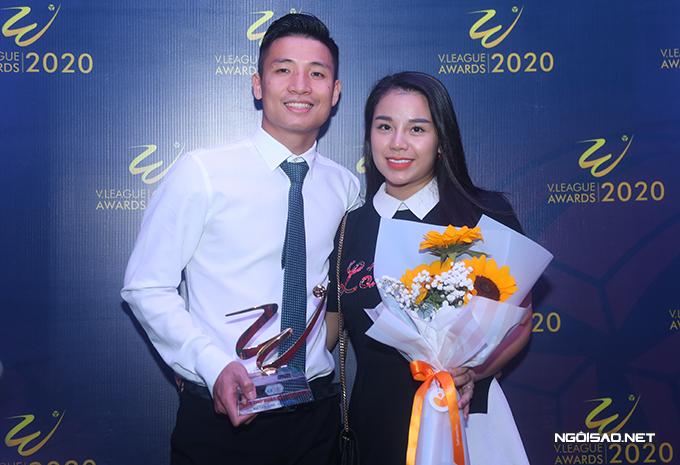 Bùi Tiến Dũng chia sẻ niềm vui với vợ sau khi nhận danh hiệu Cầu thủ hay nhất mùa của Viettel tại gala V-League Awards 2020 tối 20/11. Ảnh: Đương Phạm.