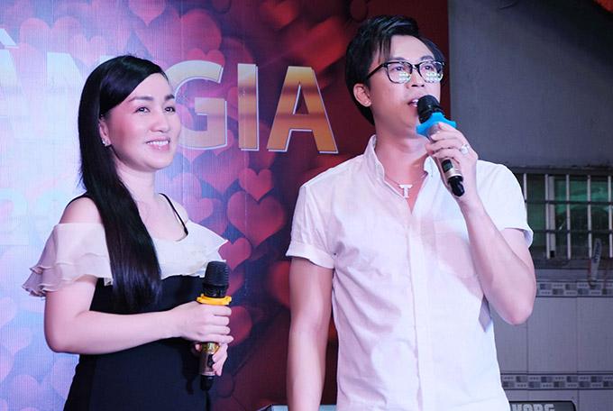 Ca sĩ Hà Vân biểu diễn cùng Hồ Việt Trung trong buổi tiệc.