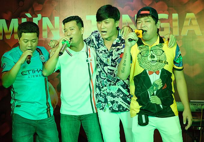 Diễn viên Hoàng Mèo (ngoài cùng bên trái), Thanh Tân (ngoài cùng bên phải) cùng Quách Ngọc Tuyên và bạn bè ngẫu hứng ca hát,quẩy trong đêm tiệc giản dị, ấm cúng.